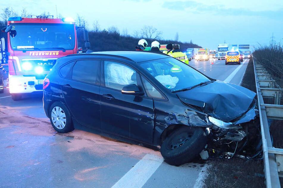 Der BMW knallte nach dem Unfall gegen eine Mittelleitplanke.