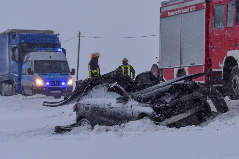 Heftiger Verkehrsunfall auf glatter Straße: Feuerwehr befreit Fahrerin aus Auto
