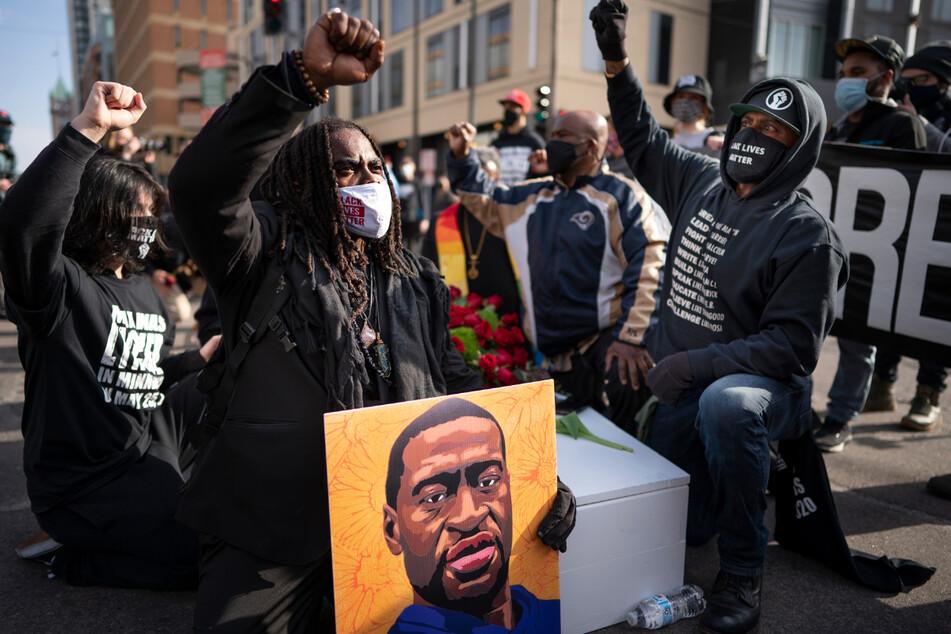 Minneapolis: Demonstranten gedenken an George Floyd, der nach einem brutalen Polizeieinsatz verstarb.