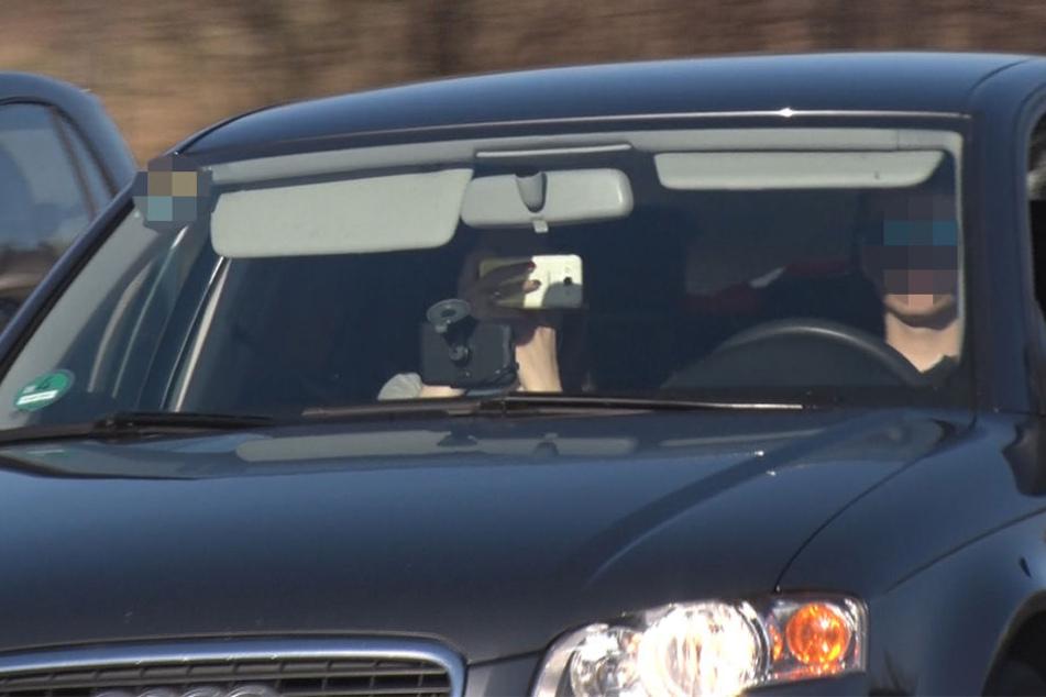 Sie können es nicht lassen: Trotz des Unfall-Chaos auf der A4 wird aus den vorbei fahrenden Autos noch munter geknipst.