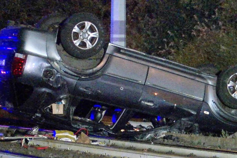 SUV schleudert in der Nacht auf Straßenbahn-Schienen, Fahrer (47) ist tot