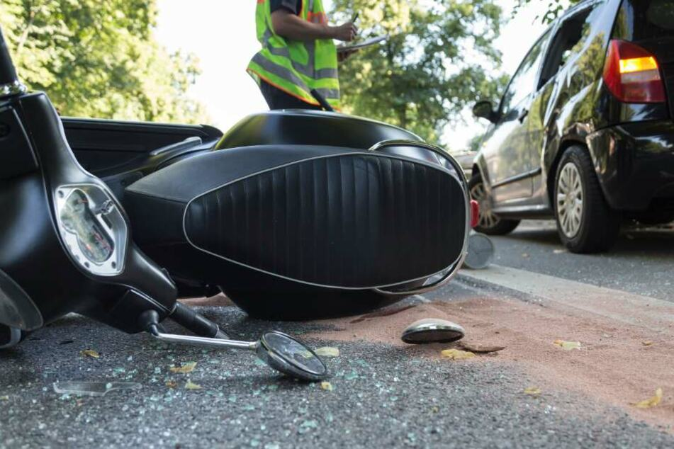 Der Roller crashte frontal mit einem Auto zusammen. (Symbolbild)