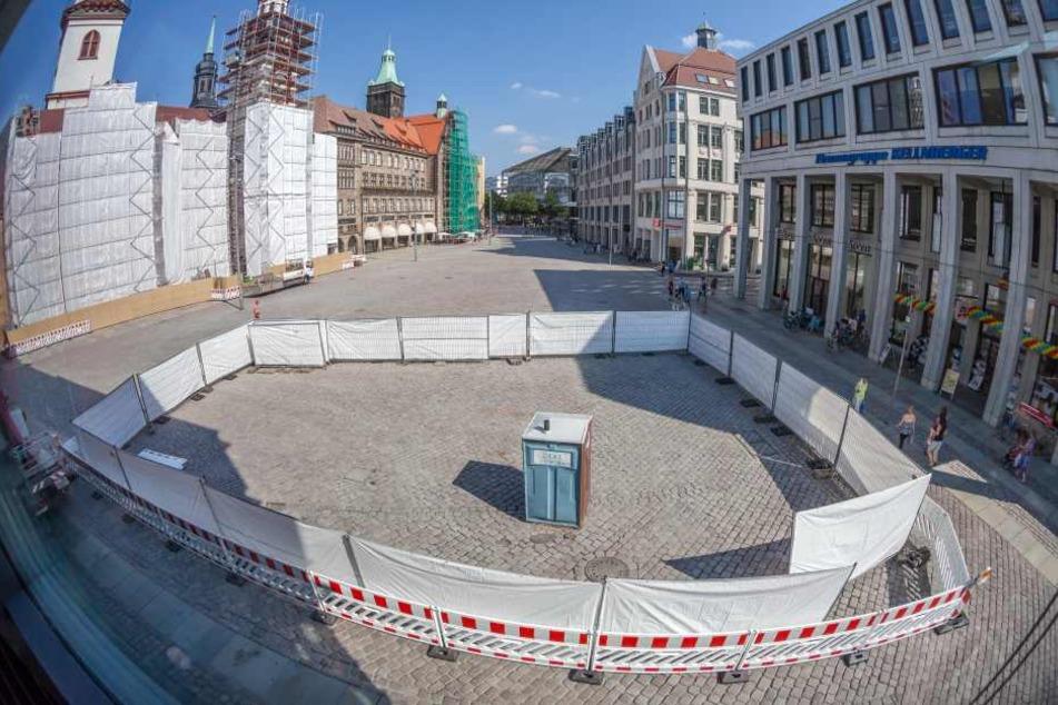 Abschnittsweise wird das Buckelpflaster auf dem Markt getauscht, nun ist die Fläche vor dem Siegertschen Haus dran.