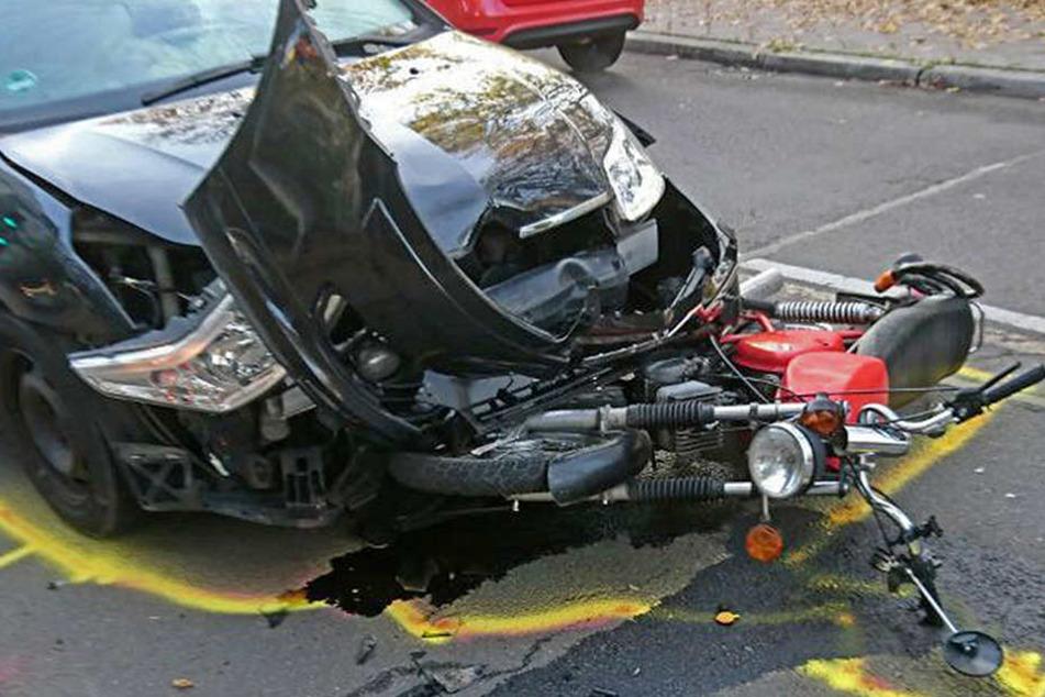 Das Moped geriet bei dem Unfall unter den Pkw.
