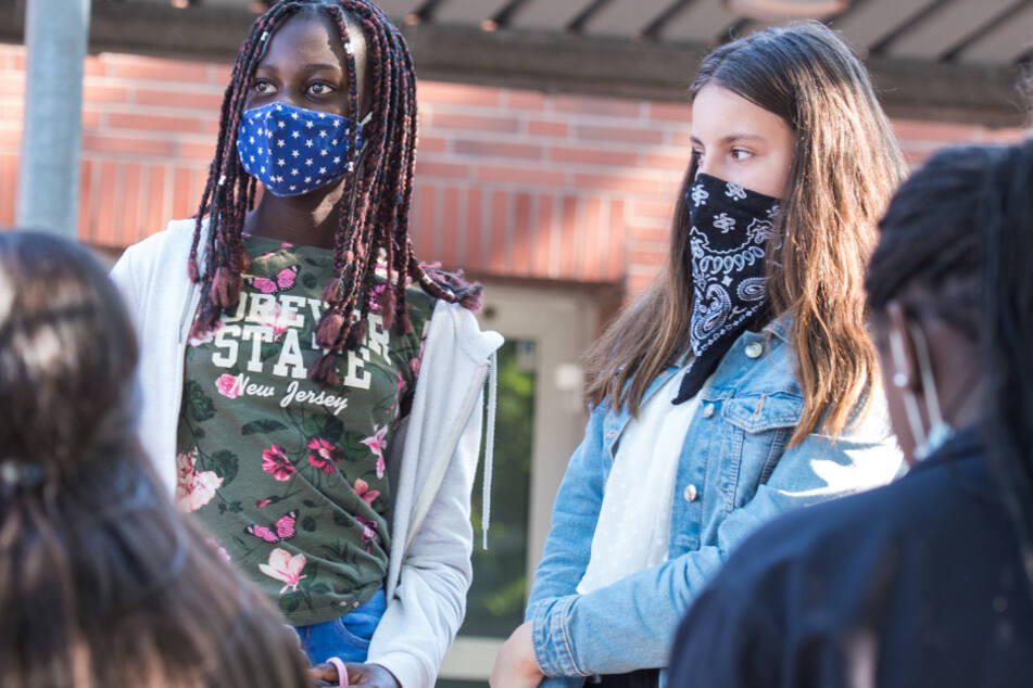 Auf Schulhöfen muss Maske getragen werden.