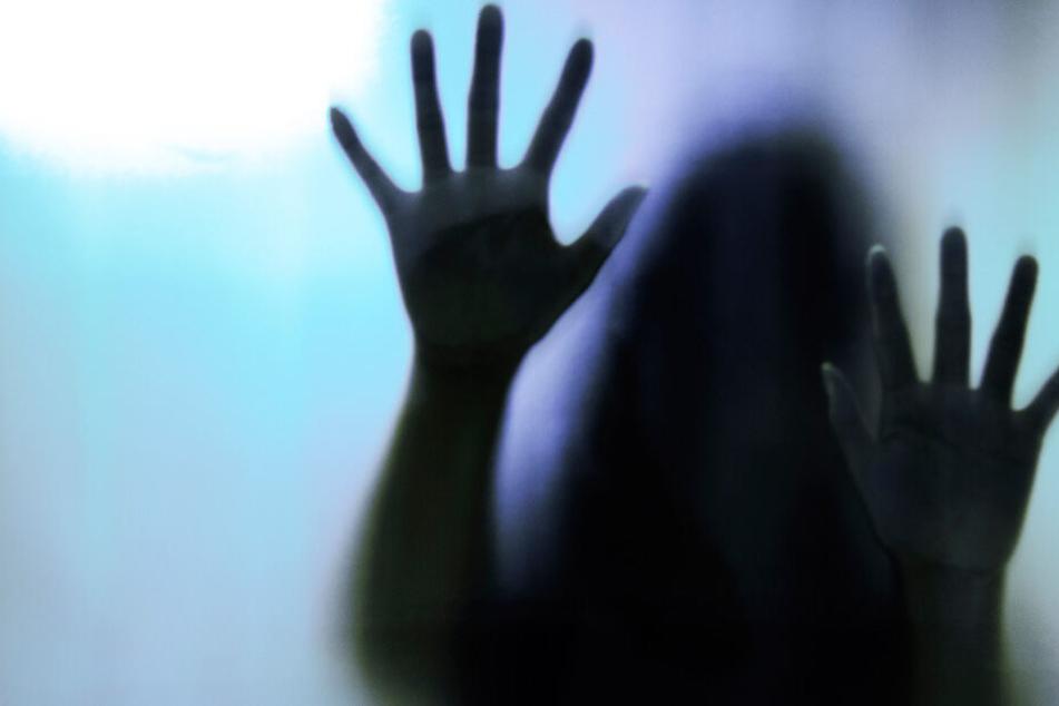 Das Opfer (15) wurde mehrfach vom eigenen Vater (37) vergewaltigt (Symbolbild).