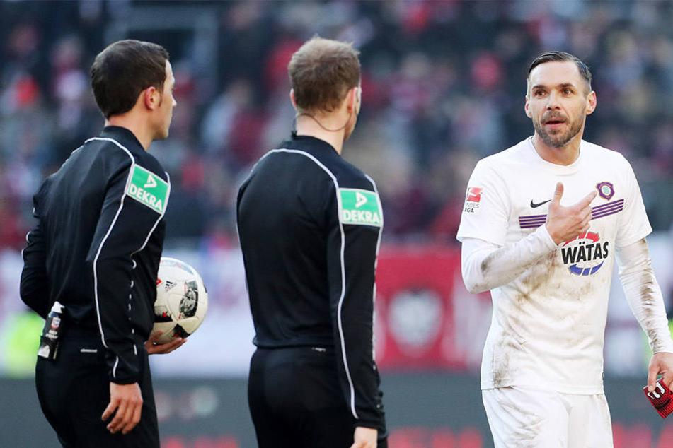 Christian Tiffert hatte mit dem Schiedsrichtergespann einiges zu bereden.