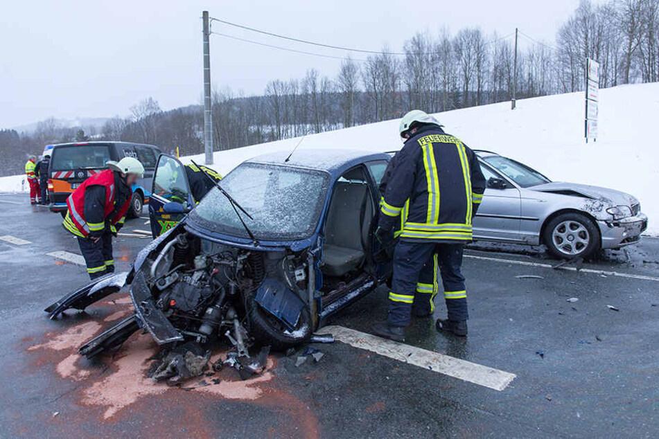 Auf der B95 stießen ein Kleinwagen und ein BMW frontal zusammen.