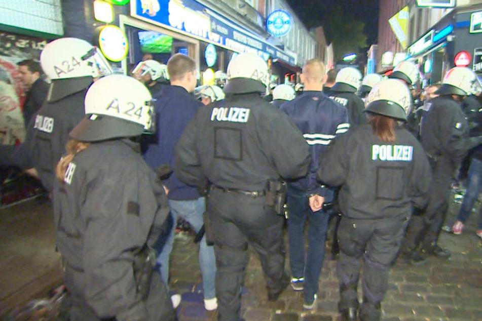 Polizei f ngt hsv ultras ab wollten sie pauli kneipe st rmen - Stadtgarten hamburg ...