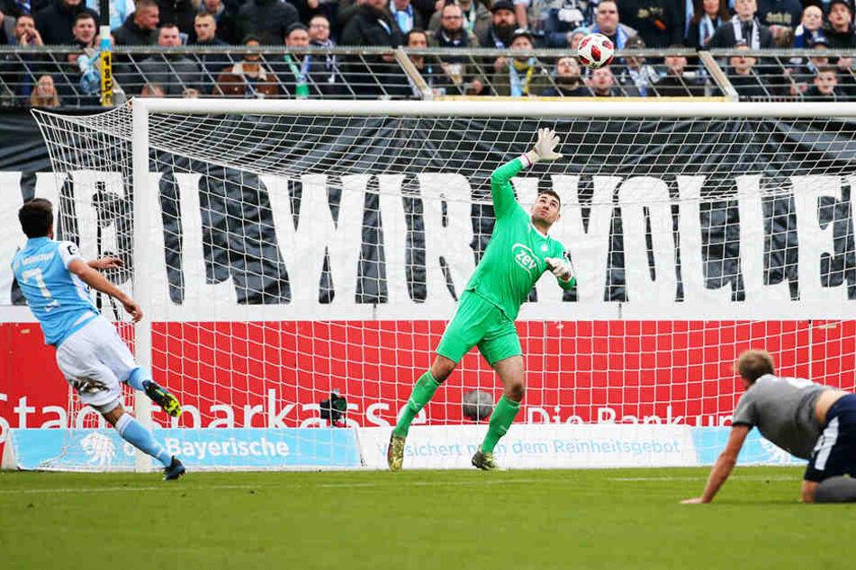 Stefan Lex (l.) trifft für den TSV 1860 München zur 1:0-Führung. FSV-Keeper Johannes Brinkies (M.) kann dem Ball nur hinterherschauen.