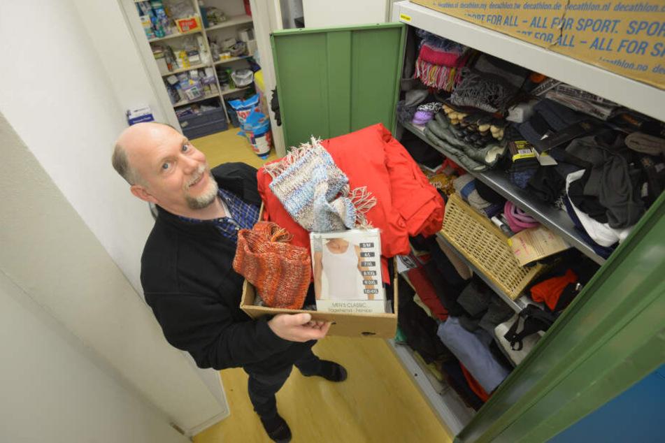 """Der Wohnungslosentreff """"Haltestelle"""" freut sich über die zahlreichen Unterstützer des """"Spendensparschweins Rosalie"""". Mitarbeiter Sven Buchwald (46) zeigt Kleiderspenden."""