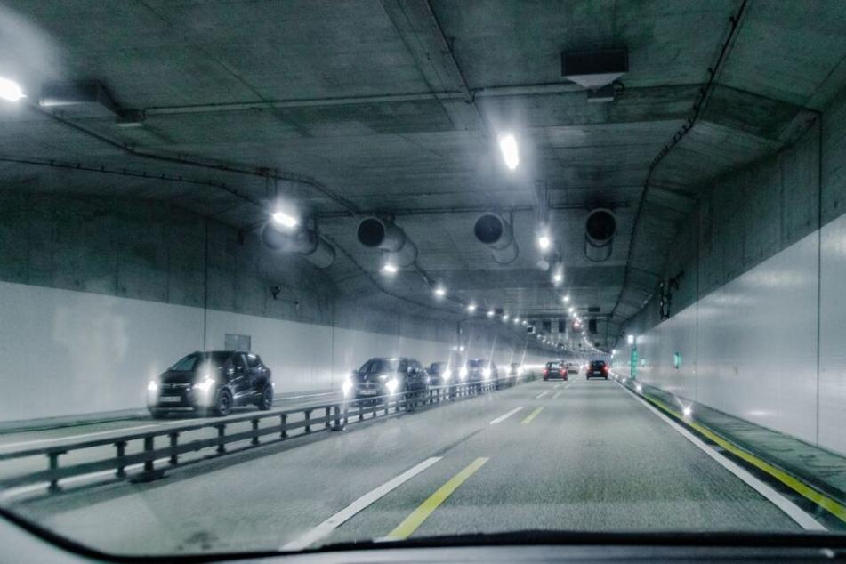 Fahrzeuge fahren durch eine Tunnelröhre der Autobahn 7 (A7) in Schnelsen.