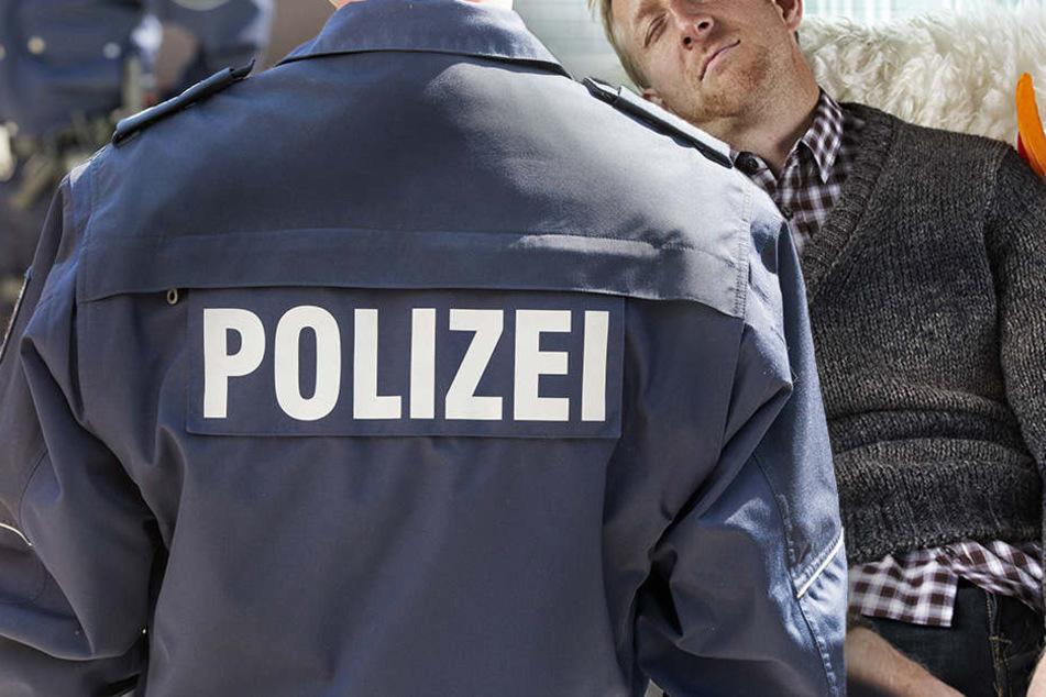 In Rosenheim schlief ein betrunkener 25-Jähriger in den Armen der Polizei ein. (Symbolbild)