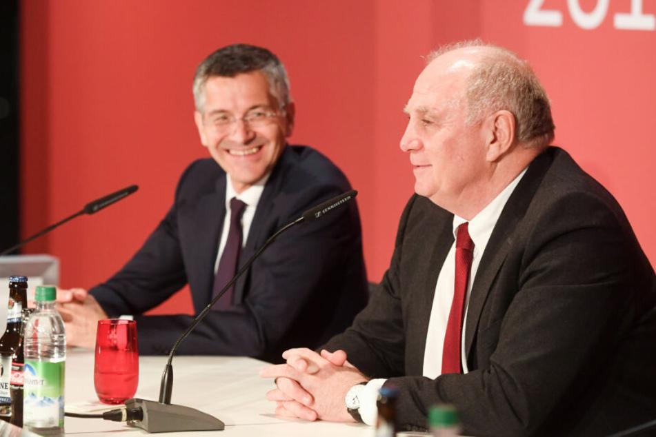 Herbert Hainer (l), neuer Präsident des FC Bayern, und Uli Hoeneß, ehemaliger Präsident des FC Bayern, geben nach der Jahreshauptversammlung eine Pressekonferenz.