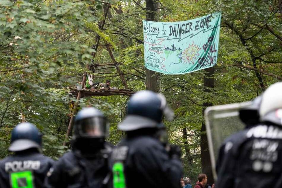 Nach Ablauf eines Ultimatums hat die Räumung des Hambacher Forsts begonnen.