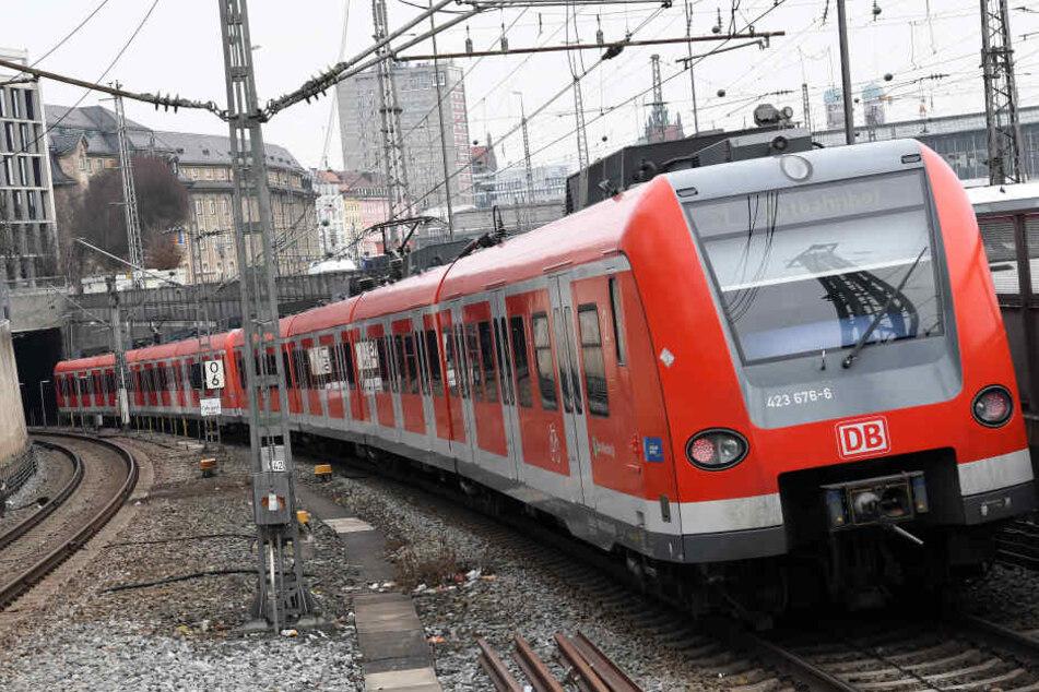 Jugendliche prügeln in S-Bahn auf Mann ein und werfen ihn aus Zug