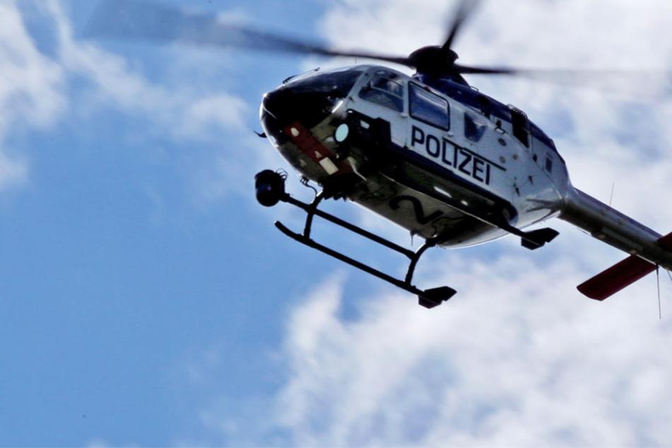 Mehrere Polizeistreifen und ein Polizeihubschrauber suchen nach dem Täter (Symbolbild).