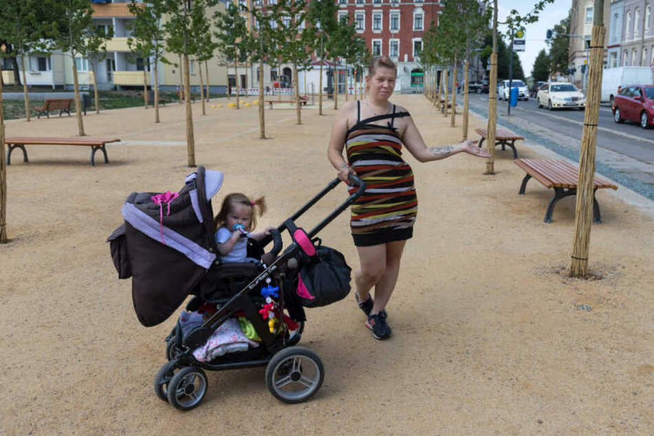 Sonnenberg-Anwohnerin Mandy Böhme (23) hatte sich auf den neuen Spielplatz gefreut. Doch ohne Zaun geht sie mit ihren drei Kindern lieber woanders hin.