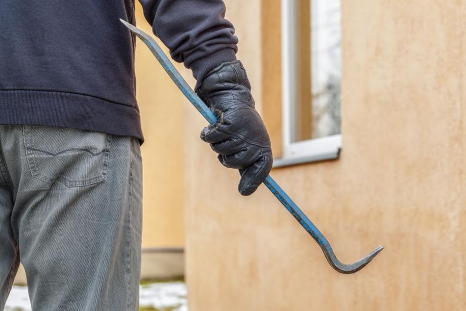 Im Rucksack des Festgenommenen wurde Einbruchswerkzeug gefunden. Damit verschafften sich die Männer Zugang zur Wohnung. (Symbolbild)