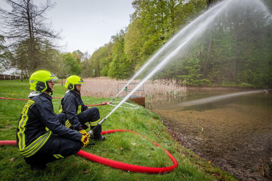 Trockenheit bedrohte im April 2020 das Leben der Frösche im Schönherrpark. Die Feuerwehr half mit Wasser.