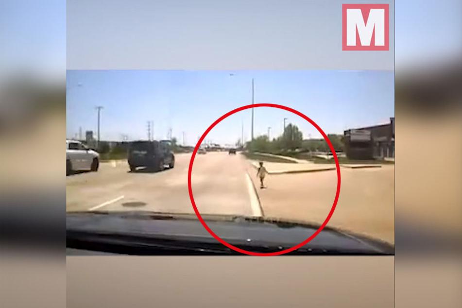 Der kleine Junge spazierte einen Highway entlang und ahnte nicht, dass er sich damit in akute Lebensgefahr begibt.