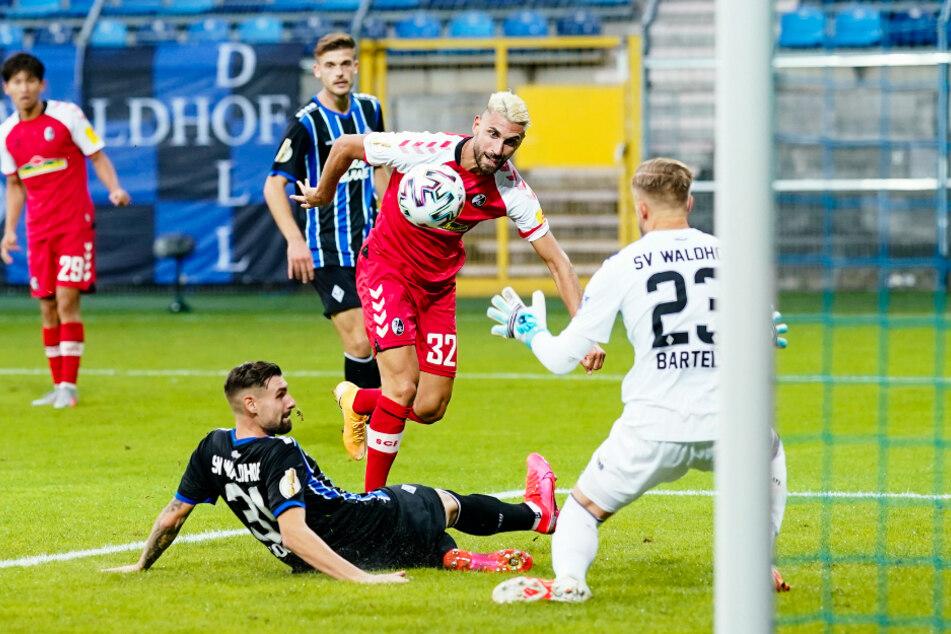 So ein harter Kampf wie in dieser Szene für Vincenzo Grifo (M.) soll es für den SC Freiburg in dieser Saison nicht werden.