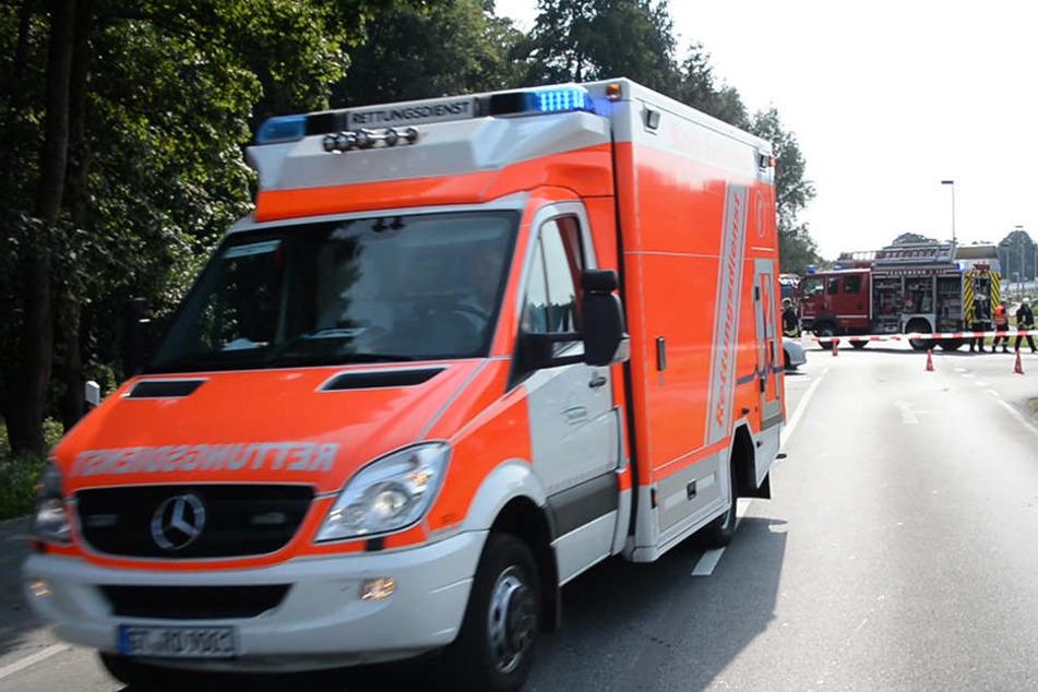 Ein Rettungswagen brachte die beiden Schwerverletzten ins Krankenhaus.