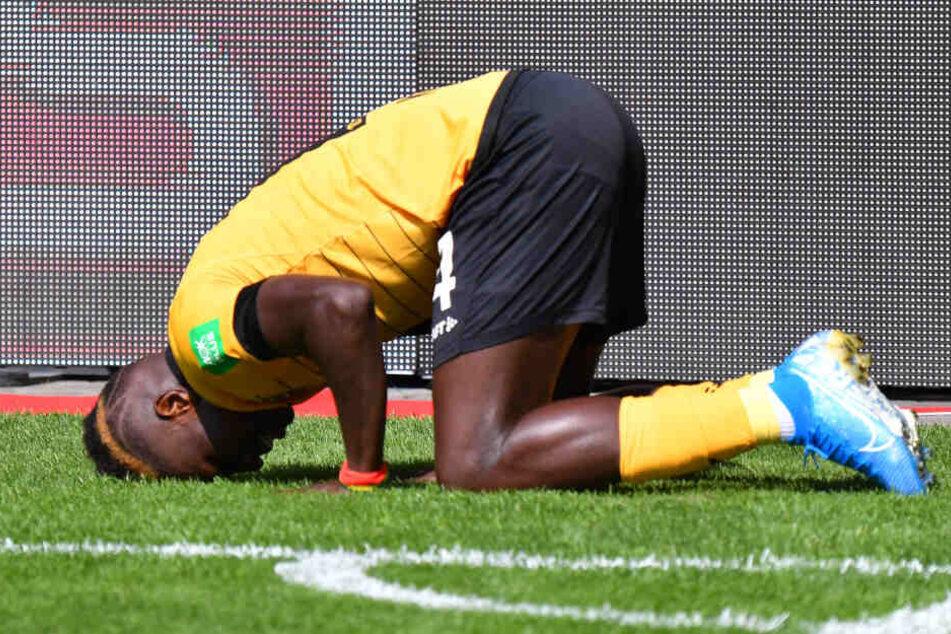 Prosternation als Zeichen der Demut von Moussa Koné nach einem Treffer im schwarz-gelben Dress. (Archivbild).