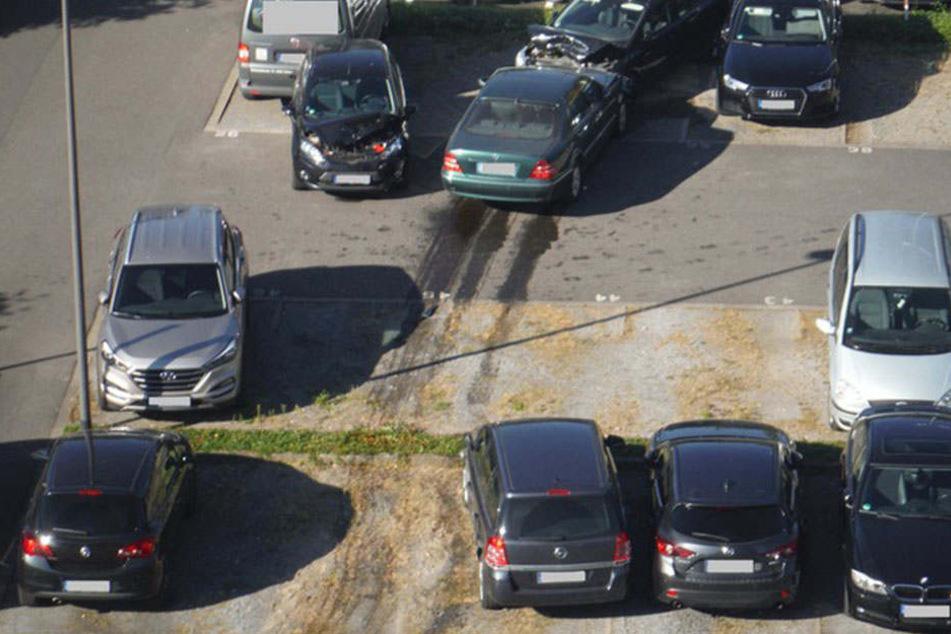 Dieses Ausparken ging schief. Eine Frau fuhr gegen 15 verschiedene Autos.