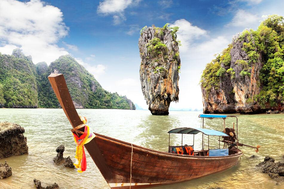 """Die Phang Nga Bay ist vor allem für den Felsen bekannt, der im """"James Bond""""-Film """"Der Mann mit dem goldenen Colt"""" auftauchte."""