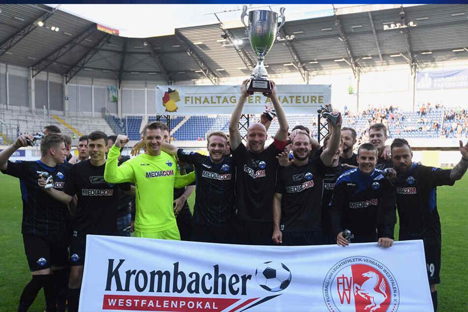 Die Spieler des SC Paderborn freuen sich über den Sieg beim Westfalenpokal.