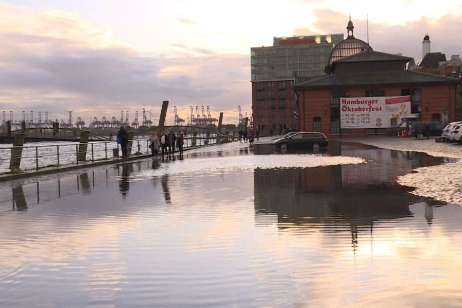 Die Elbe trat über das Ufer und setzte den Fischmarkt unter Wasser.