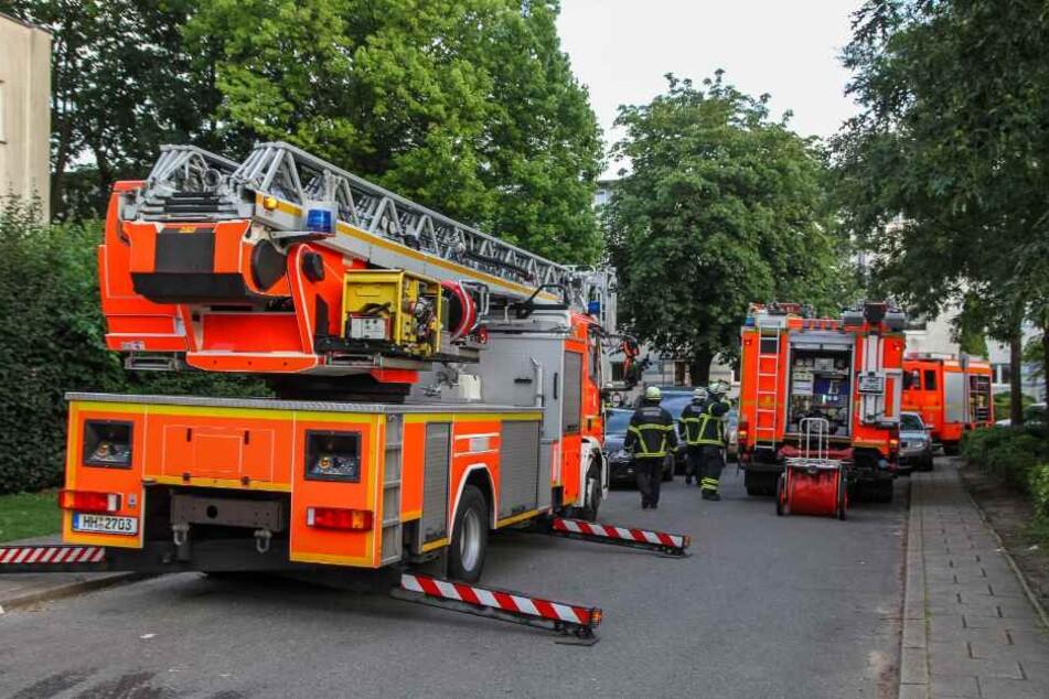 Die Feuerwehr rückte mit mehreren Löschfahrzeugen an.