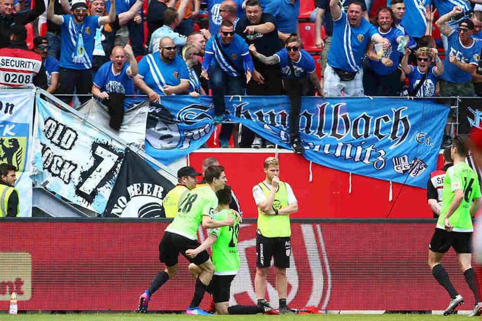 Chemnitzer Fans und Spieler bejubeln den zwischenzeitlichen Ausgleich.