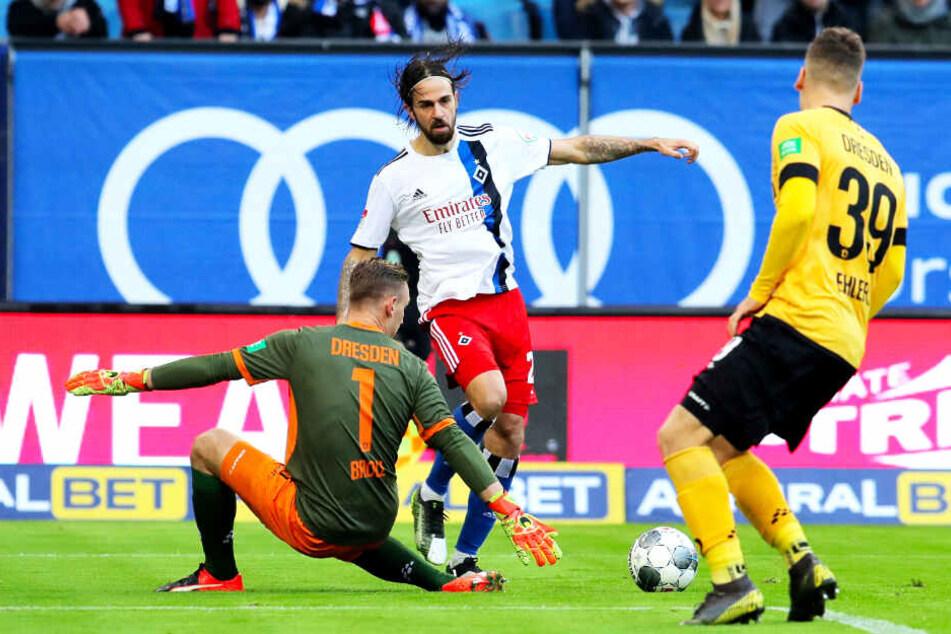 Dynamo-Schlussmann Kevin Broll (l.) bot erneut eine starke Partie. Hier klärt er gegen Martin Harnik (M.), Kevin Ehlers beobachtet die Aktion.