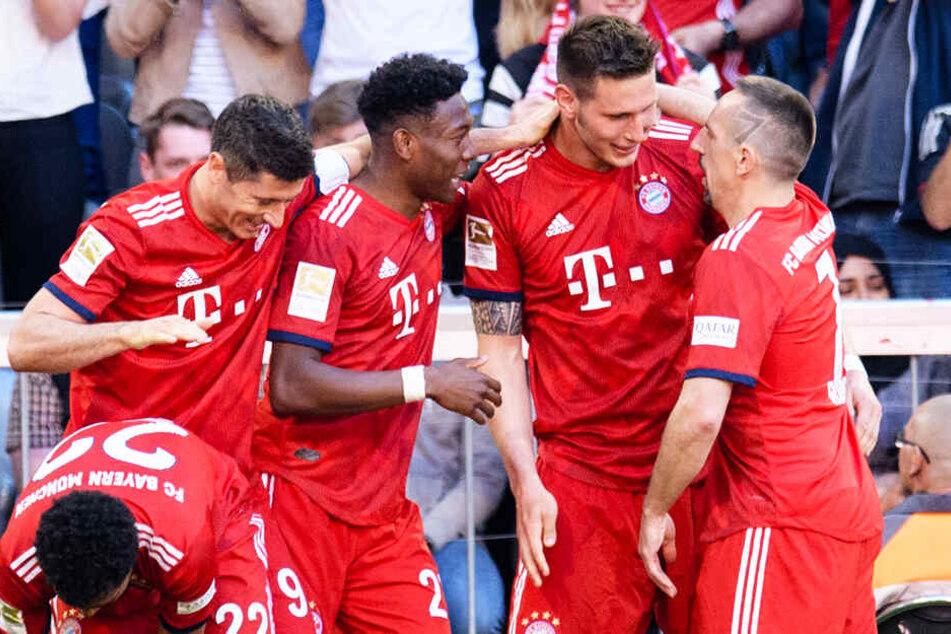 Späte Erlösung für den in Hälfte zwei drückend überlegenen FC Bayern: Niklas Süle (Zweiter von rechts) wird von seinen Kollegen nach seinem Treffer zum 1:0 beglückwünscht.