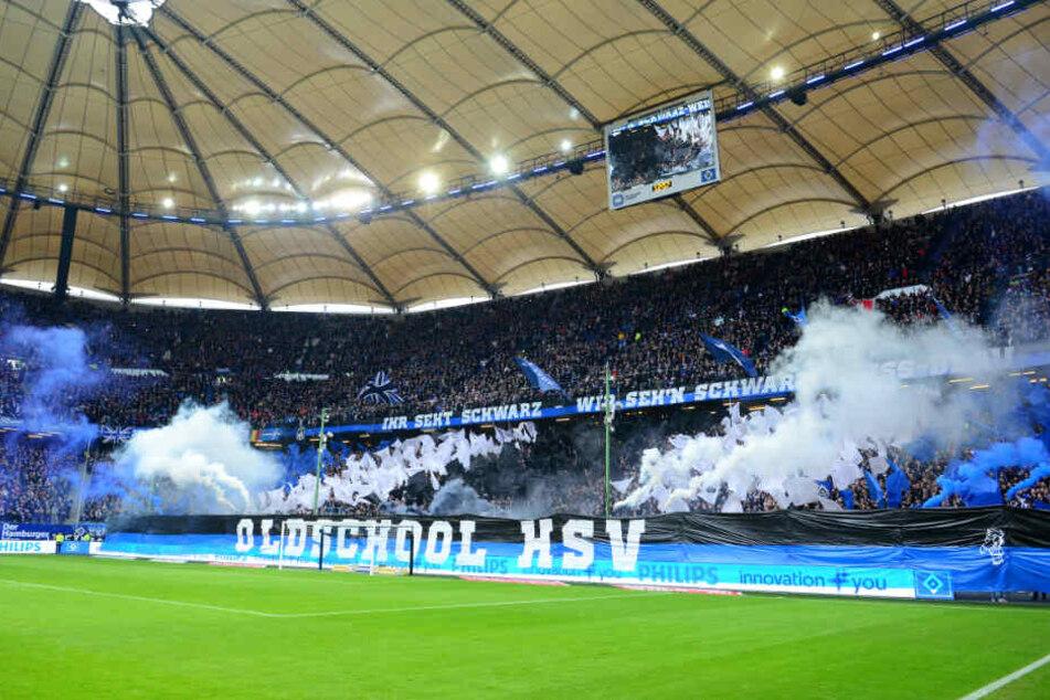 Vor dem Spiel zündeten zehn Fans unter Aufsicht Pyrotechnik.
