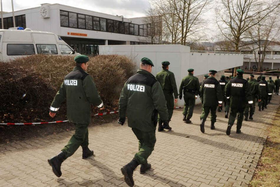 11. März 2009: Polizisten sichern Spuren an der Albertville-Realschule.