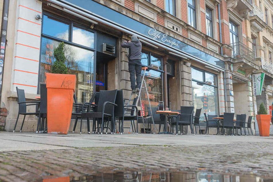 Vor dem Café Europa in der Dresdner Neustadt bepöbelte der 35-Jährige die Frühstücksgäste.