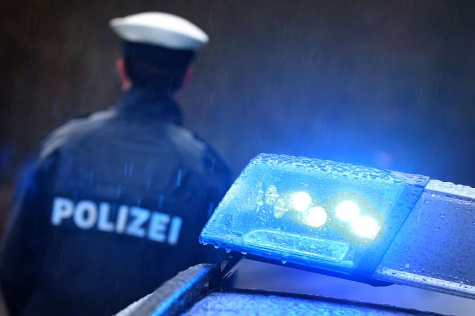 Die Polizei geht davon aus, dass der junge Mann alleinbeteiligt von der Fahrbahn abkam. (Symbolbild)