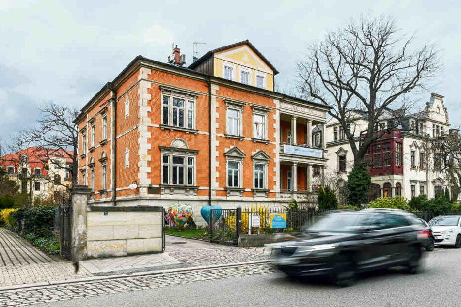 """Die """"Villa Sonnenstrahl"""" an der Goetheallee. Statt für krebskranke Kinder soll Thomas M. für sich selbst Spenden gesammelt haben."""