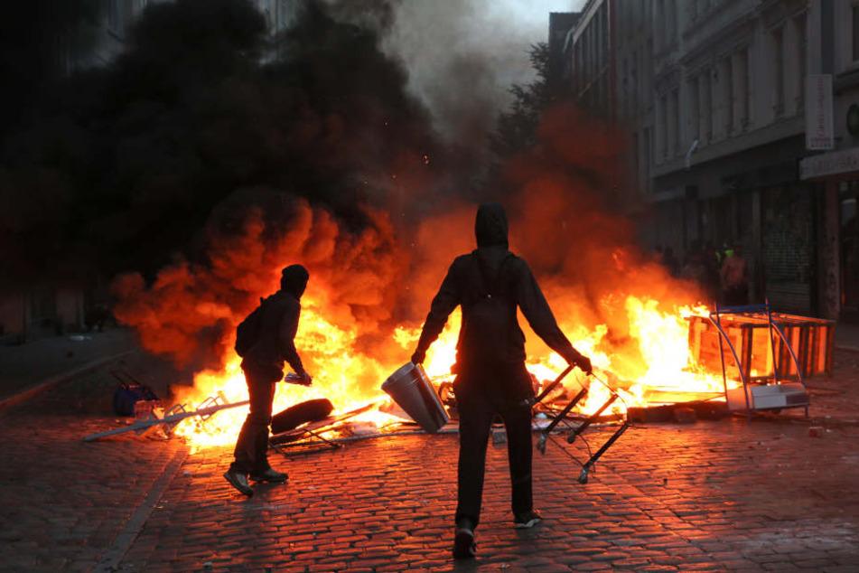 Bilder, die derzeit in Wurzen in aller Munde sind. Chaoten feuern eine Barrikade im Hamburger Schanzenviertel während der G-20-Proteste an.