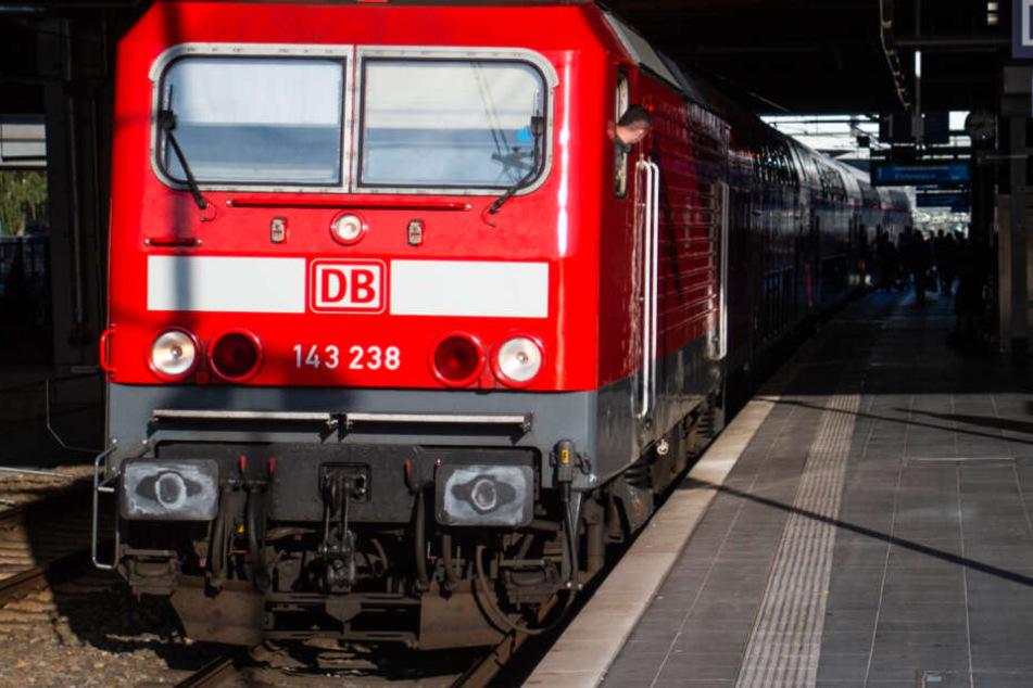 An einem Bahnhof in WInnenden wurde eine DB-Mitarbeiterin mit einem Messer bedroht und zusammengeschlagen. (Symbolbild)