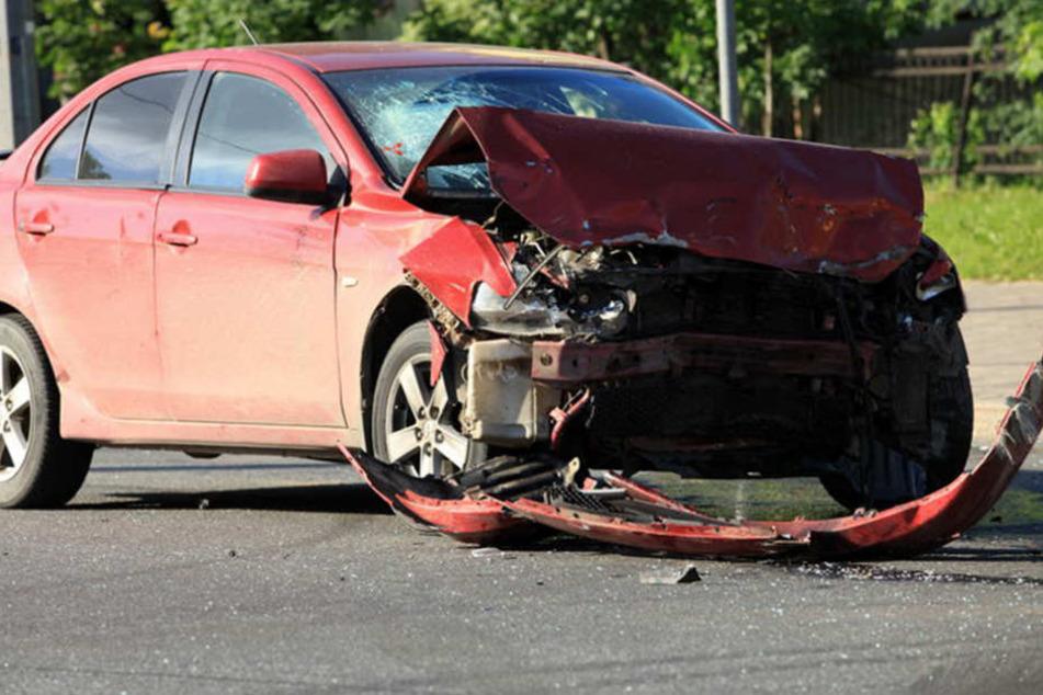 Schwer verletzt hat sich eine Mercedesfahrerin, als sie am Donnerstag nahe Darmsheim (Kreis Böblingen) frontal mit einem Sattelzug zusammenstieß. (Symbolfoto)