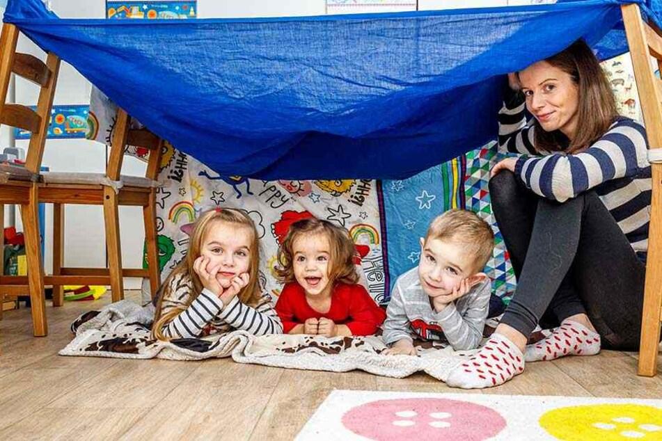 Die kleine Elena (Mitte, fast 2) mit ihren Geschwistern und Mama.