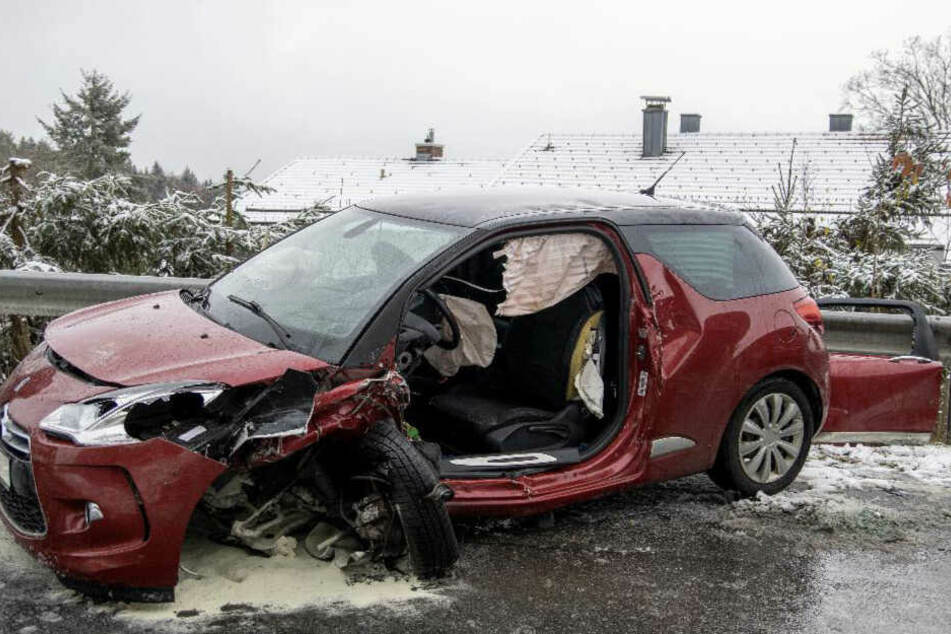 Die Fahrerin des Citroens musste aus dem Wrack gerettet werden und kam mit mittelschweren Verletzungen ins Krankenhaus.