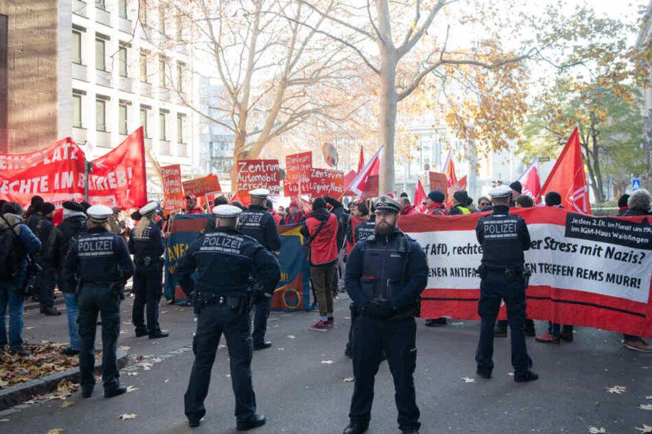 Demonstranten stehen vor der Verhandlung zum Fall eines Daimler-Mitarbeiters.