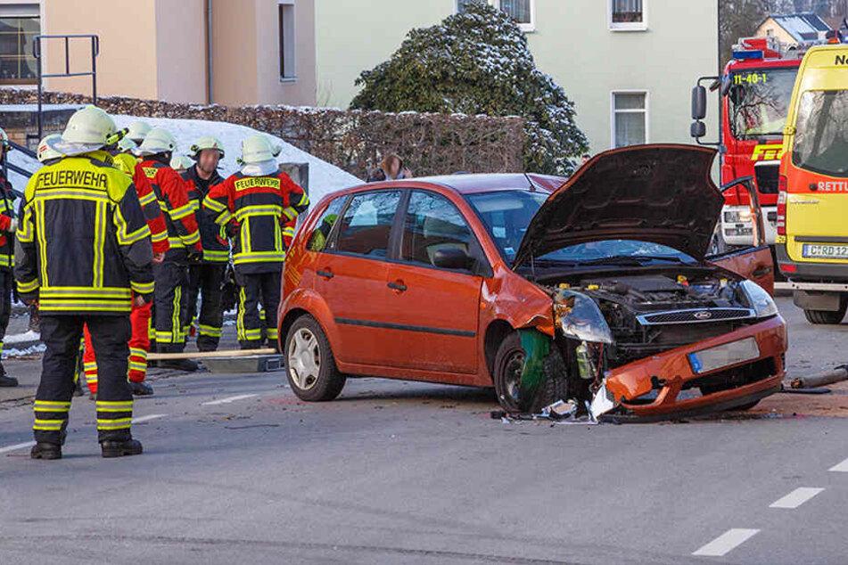Ford mäht Baum um und kracht in geparktes Auto: Fahrer verletzt