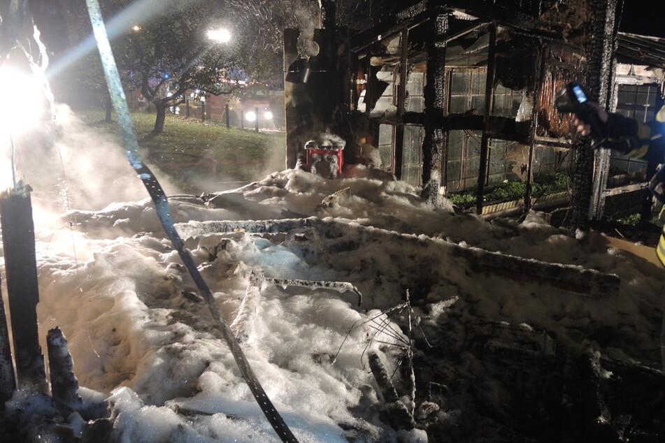 Die Feuerwehr konnte das Niederbrennen des Bungalows nicht mehr verhindern.