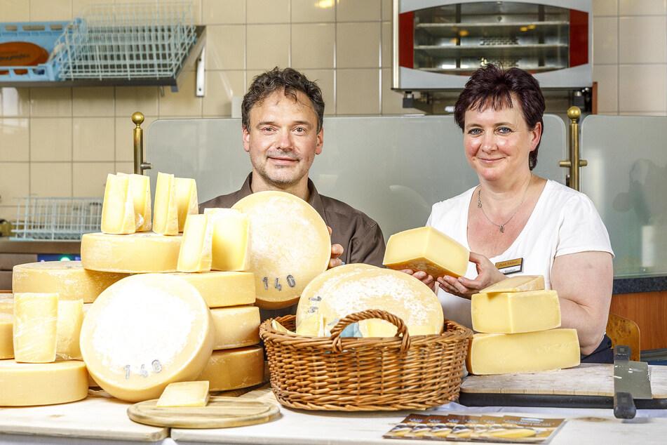 Molkerei-Leiterin Ina Stephan (53) und Krabat Milchwelt-Chef Tobias Krockert (50) präsentieren stolz den eigens hergestellten Jubiläumskäse.